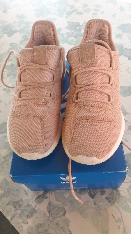 3fb3d8c8c9745 baskets Adidas fille - Baskets fille pointure 32.33 càr chausse un peu  grand.