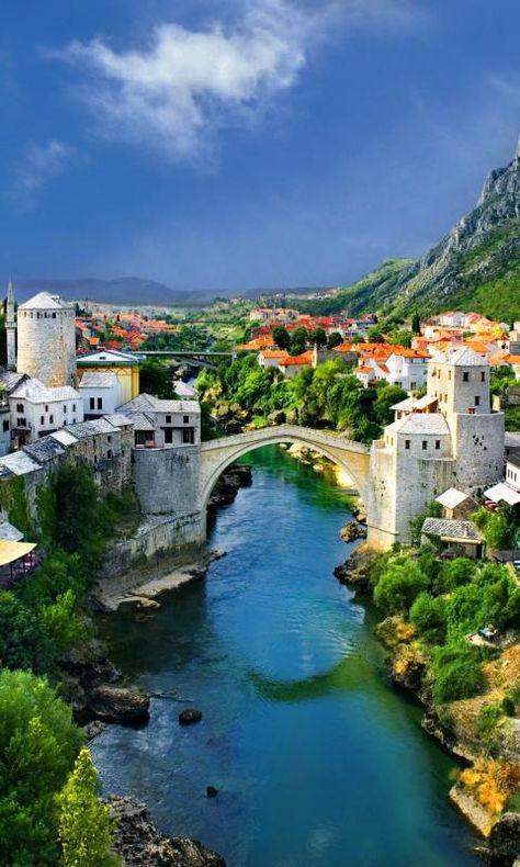 El Puente Viejo de la ciudad bosnia de Mostar, sobre el río Neretva, es uno de los monumentos históricos más famosos de la antigua Yugoslavia. El puente, junto al barrio circundante en la ciudad vieja de Mostar, forma parte del Patrimonio de la Humanidad desde 2005.