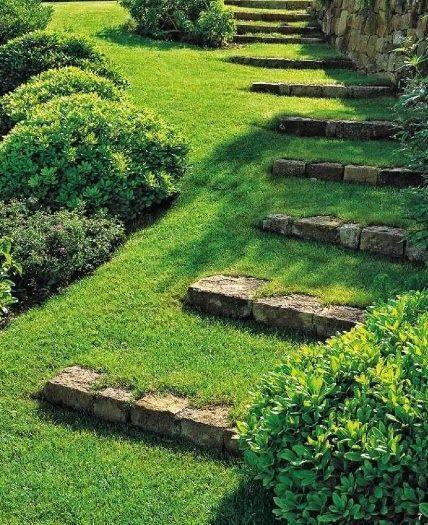 Marches en pierres dans pelouse