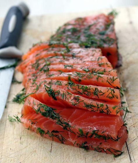 SAUMON GRAVLAX  (1 kg de saumon sans la peau, 200 g de sucre, 300 g de gros sel, 3 c à s de baies roses, 10 cl de vodka, 2 bouquets d'aneth) Salage : 24 h - Repos : 24 h