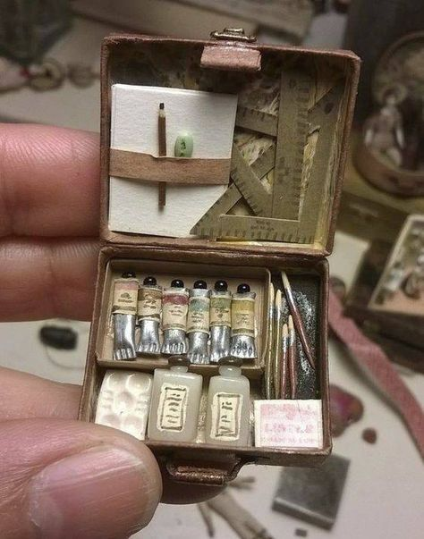 This is sooo cute -- it's a mini art box for a doll's house. Miniature Crafts, Miniature Dolls, Miniature Houses, Miniature Tutorials, Mini Choses, Mini Craft, Tiny World, Miniature Furniture, Miniture Things