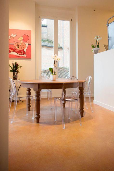 Perfette le tonalità Amber e Terracotta del nostro #PavimentoAcidificato per questa #cucina dai toni caldi e #ramati. #kitchen #design #floor