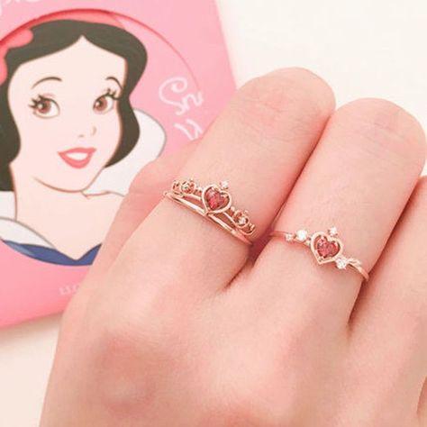 Nupcias Magazine   Nuevos anillos de compromiso inspirados en las princesas de Disney Disney Princess Jewelry, Disney Inspired Jewelry, Disney Jewelry, Cute Rings, Pretty Rings, Beautiful Rings, Disney Rings, Skull Fashion, Punk Fashion