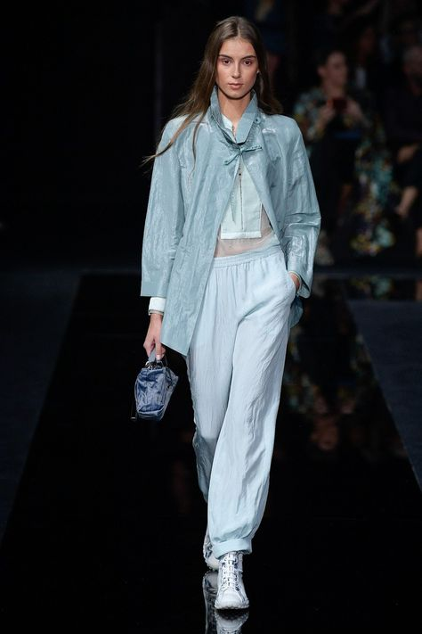 Emporio Armani Spring 2020 Ready-to-Wear collection, runway looks, beauty, models, and reviews.