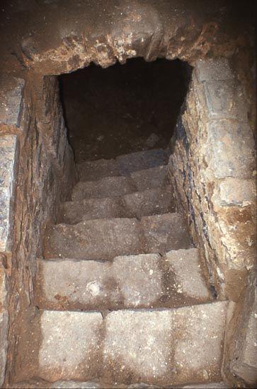 Escalier donnant accès à une petite cave voûtée sous l\'église ...