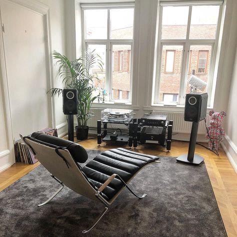 La imagen puede contener: personas sentadas, sala de estar, mesa e interior