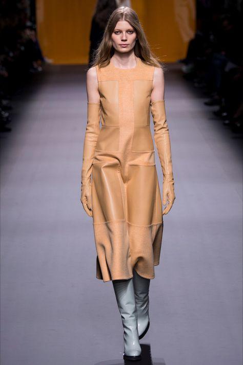 Guarda la sfilata di moda Hermès a Parigi e scopri la collezione di abiti e…
