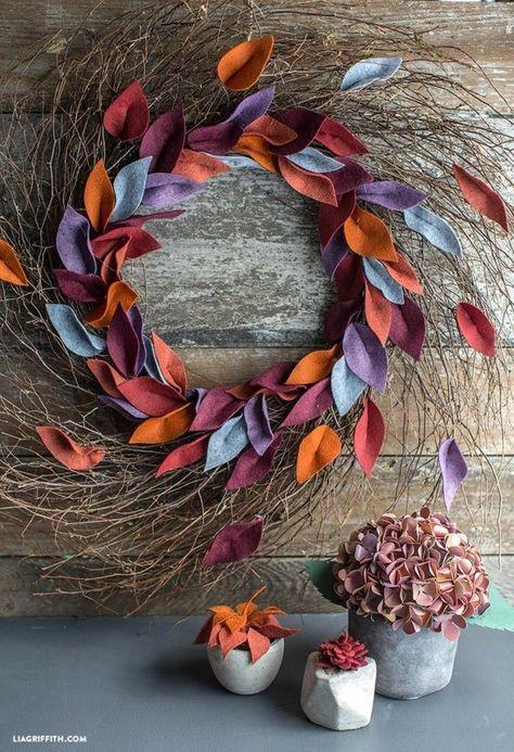 Tolle Herbstdeko fürs Haus. Breiter Weidenkranz mit bunten Herbstblättern - Herbst Dekoration bastelidee selbstgemacht.