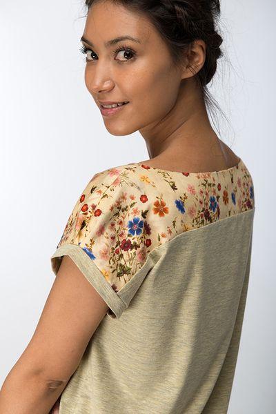 Oversized+T-Shirt+aus+hochwertigem+grau-gelbgrün+meliertem+Jersey+mit+einer+Passe+aus+Baumwollsatin+mit+süßem+Sommerwiesen-Print.  Die+überschnitte...