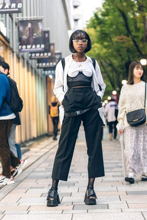 From bold and edgy accessories to statement making prints, see our fave Street Style looks from Tokyo Fashion Week Spring 2020 shows. Tokyo Fashion, Paris Street Fashion, Fashion Male, Jakarta Fashion Week, Berlin Fashion, Seoul Fashion, Milano Fashion Week, Japanese Street Fashion, Korea Fashion