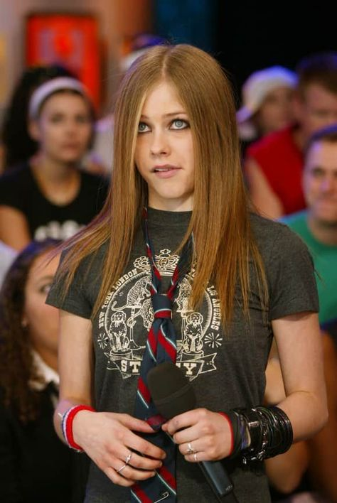MTV TRL - 22 Agosto - 31 - AvrilPix Gallery - The best image, picture and photo gallery about Avril Lavigne - AvrilSpain. Avril Lavigne Style, Avril Lavigne Let Go, Avril Lavigne Photos, Pop Punk, Elizabeth Gillies, Kellan Lutz, Jennette Mccurdy, Ellie Goulding, Sarah Shahi