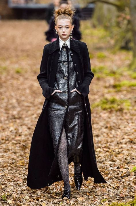 Chanel Fall 2018 Ready-to-Wear Fashion Show Chanel Fall 2018 Ready-to-Wear collection, runway looks, beauty, models, …