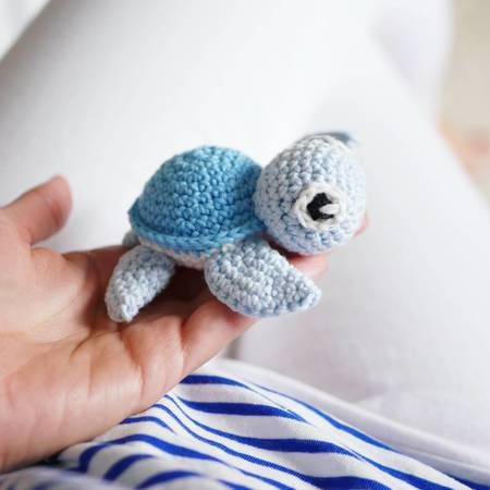 You can chrochet these little turtles with the help of my pattern. The little turtle is perfect for example for babyrattles, baby seat chains, playing chains, keychains or a baby-mobile :-)The pattern is written very detailed and the many pictures will h