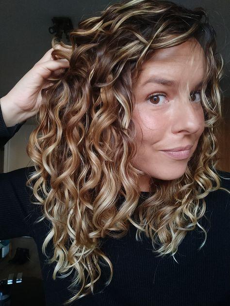 Curls Around The World: Dominque's Wavy Irish Tale