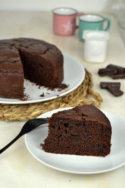 Bizcocho De Yogur Y Chocolate Facil Y Jugoso Sin Pesar Ingredientes En 2020 Bizcocho Chocolate Y Tortas