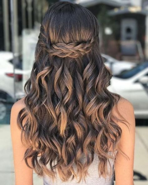 Nice 40 Pretty Prom Hairstyle Ideas For Curly Long Hair.c The post 40 Pretty Prom Hairstyle Ideas For Curly Long Hair appeared first on Hair Styles. Quince Hairstyles, Easy Hairstyles For Long Hair, Cool Hairstyles, Hairstyle Ideas, Hairstyles For Dances, Prom Hairstyles With Braids, Hair Down Hairstyles, Braids And Curls, Sweet 16 Hairstyles