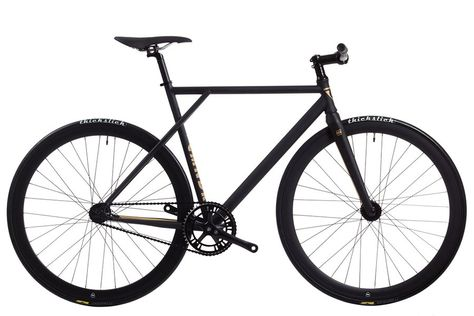 Polo and Bike Cmndr S.A.S. Black  Fixie Bike Cmndr:  Gewicht: 925 Kg.  Frame: Chromoly 4130.  Voorvork: P&B Full Carbon.  Crankset: P&B Closer 46T / 165mm.  Tandwiel: 17T / Freewheel 18T.  Wielset: P&B 43 mm deep profile.  Balhoofd: Integrated Sealed Bearings.  Banden: Thickslick x P&B 700 / 23C.  Ketting: KMC 3H-2.  Stuur: P&B Cruix Riserbar 31.8  Stuurpen: Stem 31.8-28.6  Zadelpen: P&B Zadelpen Aluminium 6061 / 264  Zadel: P&B Prisma Zadel. Remset pedalen en pedaalriemen inbegrepen…