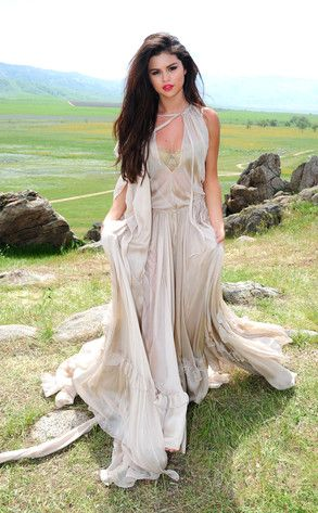 Another cool dress that Selena wears during her music video of Come and Get It. I luv all the layers and the flowiness of the dress!!