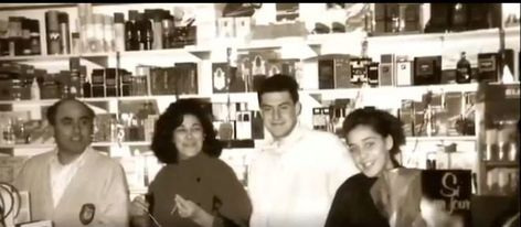 Moreno Bonilla, con sus padres y una hermana en la droguería de la familia en Málaga.