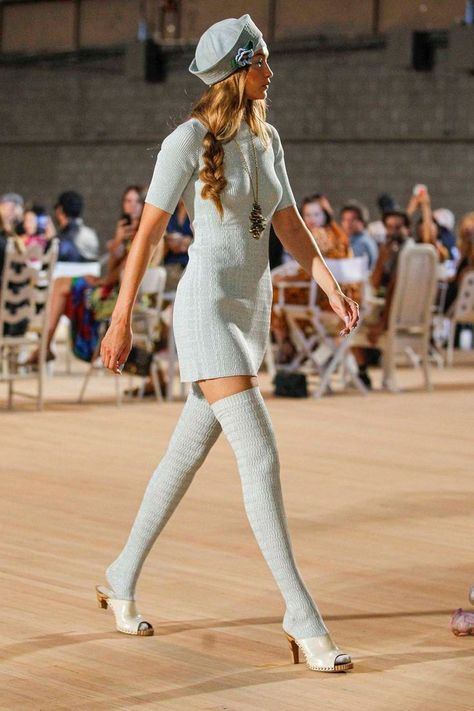 Gigi Hadid suffered a wardrobe malfunction on the Marc Jacobs catwalk : Marc Jacobs show, Runway, Spring Summer New York Fashion Week, USA - 11 Sep 2019 The model was not supposed to be barefoot Fashion Week Paris, New York Fashion, Fashion 90s, Look Fashion, Vintage Fashion, Catwalk Fashion, Catwalk Models, Crazy Runway Fashion, Chanel Fashion Show