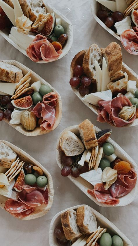Charcuterie Recipes, Charcuterie And Cheese Board, Party Food Platters, Catering Platters, Brunch Party, Snacks Für Party, Appetisers, Food Presentation, Food Inspiration