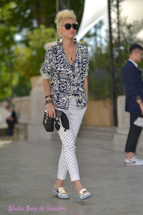 Esther Quek prend la pose à la sortie du défilé homme Pauls smith a la fashion…