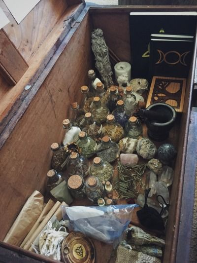"Craft of the Witch rosemary-by-your-garden-gate:""🌙My trunk of magickal supplies🌙"" Autel Wiccan, Magick, Wiccan Decor, Witchcraft Herbs, Images Esthétiques, Natural Asthma Remedies, Herbal Remedies, Witch Room, Baby Witch"