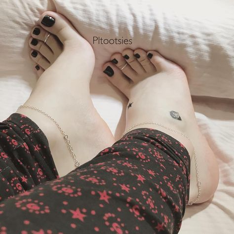 Delicious female feet — Some cute young beautiful toes 🖤❤️💜