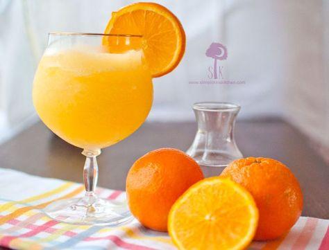 Slush au jus d'oranges et au whisky // 2 et 1/2 tasses de jus d'oranges.  3/4 de tasse de whisky.  1/2 tasse de sucre en poudre.  Une vingtaine de glaçons.  Quelques rondelles d'orange.