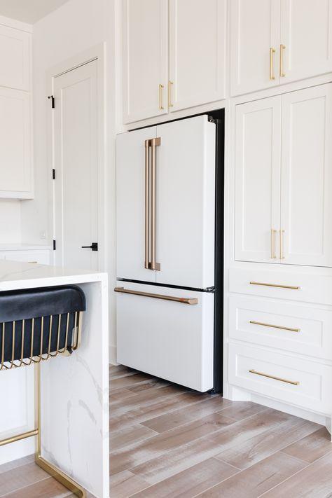 White Shaker Kitchen Cabinets, White Kitchen Appliances, Shaker Style Cabinets, Farmhouse Kitchen Cabinets, White Kichen, Kitchen Appliance Storage, All White Kitchen, Kitchen Dining, Gold Kitchen Hardware