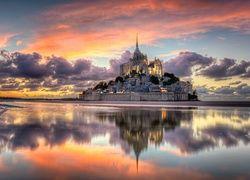 Wyspa Mont Saint-Michel z opactwem św. Michała Archanioła we Francji