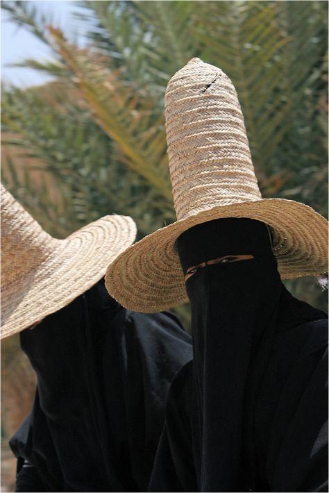 Yemen | Portrait of two Hadhramis women dressed in black. | © Claude Goulay.