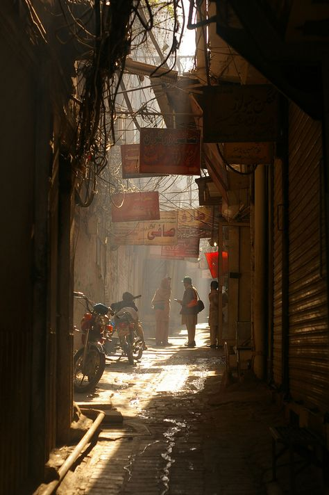 A passageway in Lahore, Pakistan. Lahore is where a ritual boarder aggression ceremony, choreographed with Indian side of boarder, peacefully represents ongoing tension. Urban Photography, Street Photography, Bg Design, Amazing India, Lahore Pakistan, Environment Concept, Slums, Urban Landscape, Watercolor Landscape