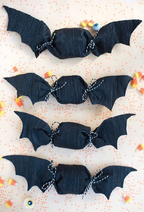 Paper Bat Favors DIY - -Crepe Paper Bat Favors DIY - - Simple and easy Halloween treat toppers {Click image for link to video tutorial} Dulceros Halloween, Adornos Halloween, Manualidades Halloween, Halloween Birthday, Holidays Halloween, Halloween Decorations, Halloween Favors, Lollipop Decorations, Crepe Paper Decorations