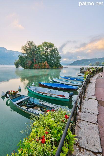 Barques sur le lac d'Annecy devant l'île aux cygnes, France