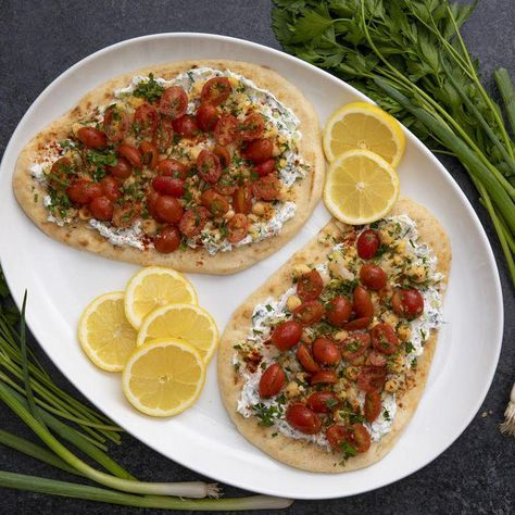 Chickpeas and tomatoes are a perfect pairing for your vegetarian summer cravings. Make this Spiced Tomato and Chickpea Flatbread thanks to @Walmart!