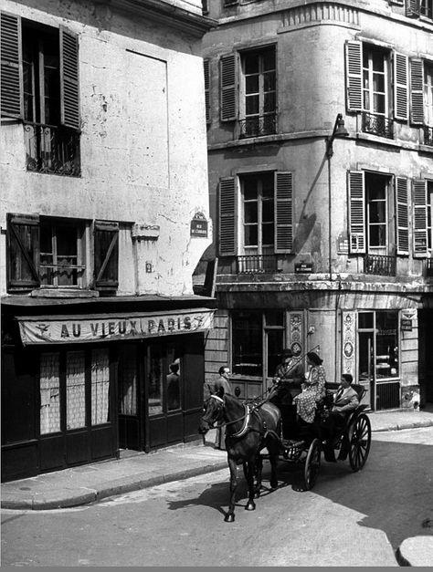 Le n° 2 de la rue de l'Abbaye, en 1948, à l'angle avec la rue de l'Echaudé et à droite la rue de Bourbon-le-Château  (Paris 6ème)