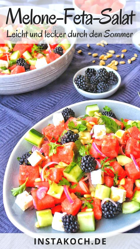 Melone-Feta-Salat ist ein einfacher und herrlich frischer Sommer-Salat, der im Nu zubereitet ist. Ein perfekter Salat für warme Tage und toll als leichte Grillbeilage. Die süße Melone harmoniert ganz wunderbar mit dem eher salzigen Feta Käse. Mit meinem einfachen Rezept machst du diesen tollen Salat in nur 20 Minuten. #salat #grillbeilage #grillen #sommeralat  #melone #feta #melone-feta-salat