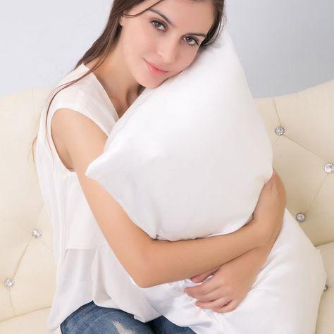 Devojka grli beli jastuk
