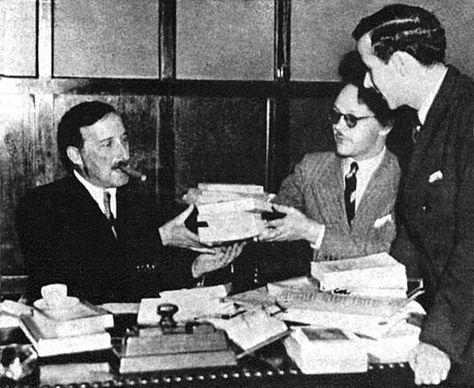 Stefan Zweig 1936 Beim Signieren Von Buchern Stefan Zweig