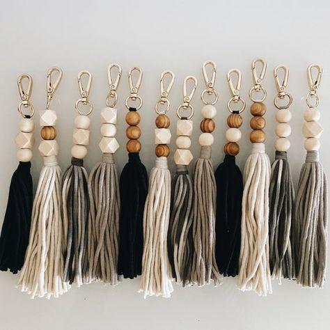 Tassle Keychain, Diy Keychain, Keychains, Crafts To Sell, Diy And Crafts, Arts And Crafts, Creative Crafts, Beaded Garland, Diy Garland