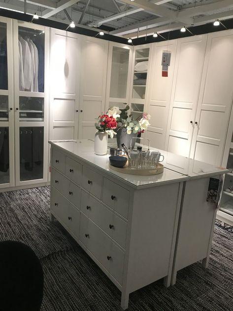 Begehbarer Kleiderschrank Zimmer Mit Kommoden In Der Mitte Begehbarer Kleiderschrank Zimmer Begehbarer Kleiderschrank Kleiderschrank
