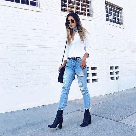 Camisa blanca, jeans y botas azules zara