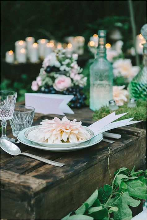 Rustic outdoor wedding table | Image by Déclic & des Flashs