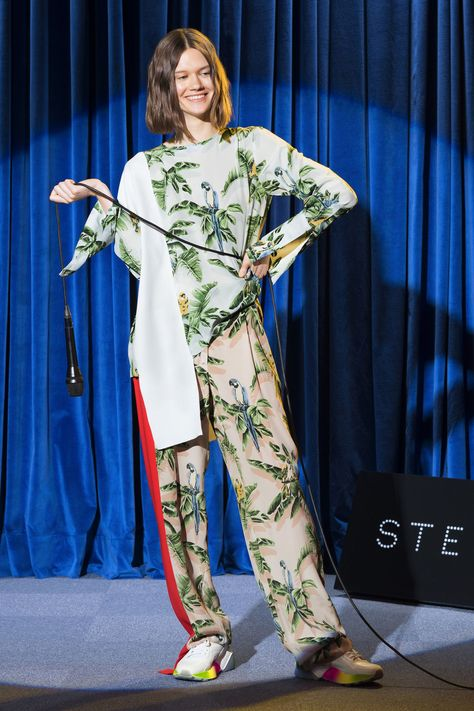 See every single look from Stella McCartney's Resort 2018 show - HarpersBAZAARUK