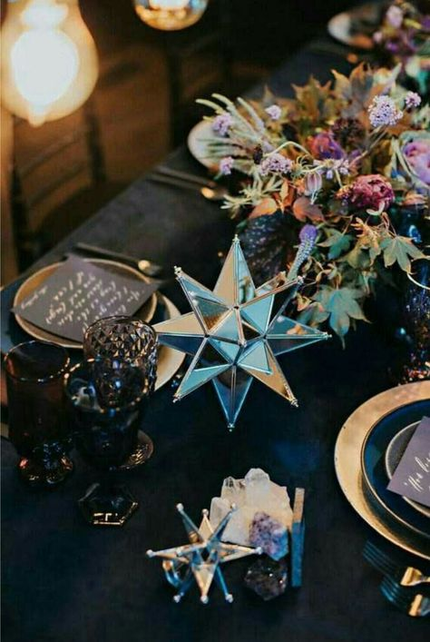 Top 8 Striking Navy Blue Wedding Color Palettes---NAVY & PURPLE, wedding table settings with geometric decor