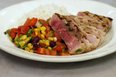 Veel mensen hebben wel eens zwaardvis geproefd tijdens een Zuiderse vakantie, maar ook bij ons is deze vis gemakkelijk verkrijgbaar. Alles begint met steaks van het stevig visvlees die Jeroen eerst kort marineert en vervolgens grilt in een gloeiend hete pan. Hij serveert er een Mexicaans geïnspireerde salsa bij en gekookte rijst. 'Fusion' heet dat: eerlijk, gezond en vooral lekker!