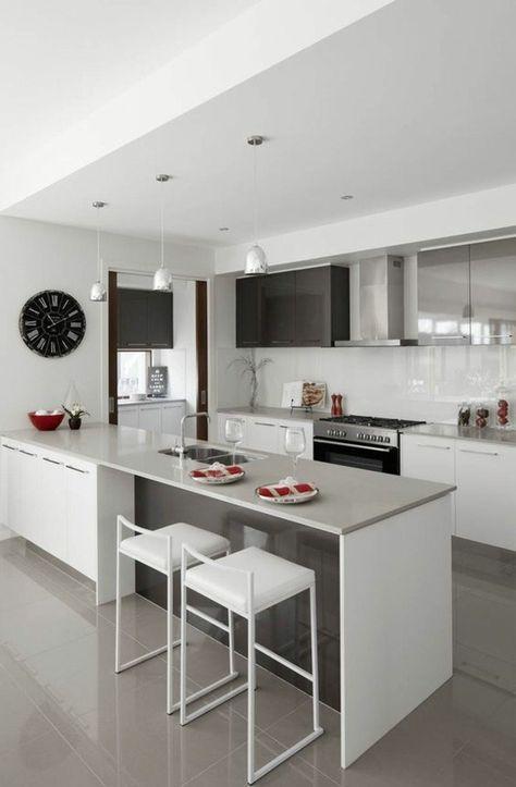 Küchendekoration  küchendekoration schwarze wanduhr weiße stühle ofen lampen ...
