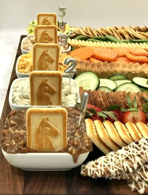 The details make a difference. Love the use of the horse head cookies as decoration for this Kentucky Derby dip and vegetable display. Appetizers For Party, Appetizer Recipes, Party Recipes, Kentucky Derby Food, Kentucky Derby Party Ideas, Horse Racing Party, Derby Recipe, My Horse, Horse Head