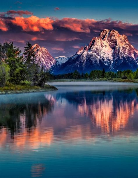 Mount Moran is a mountain in Grand Teton National Park of western Wyoming, USA (Beauty Scenery) Nature Pictures, Cool Pictures, Beautiful Pictures, Grand Teton National Park, National Parks, Beautiful World, Beautiful Places, Beautiful Scenery, Photos Voyages